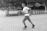 六旬老人征战马拉松 感觉自己从未老去