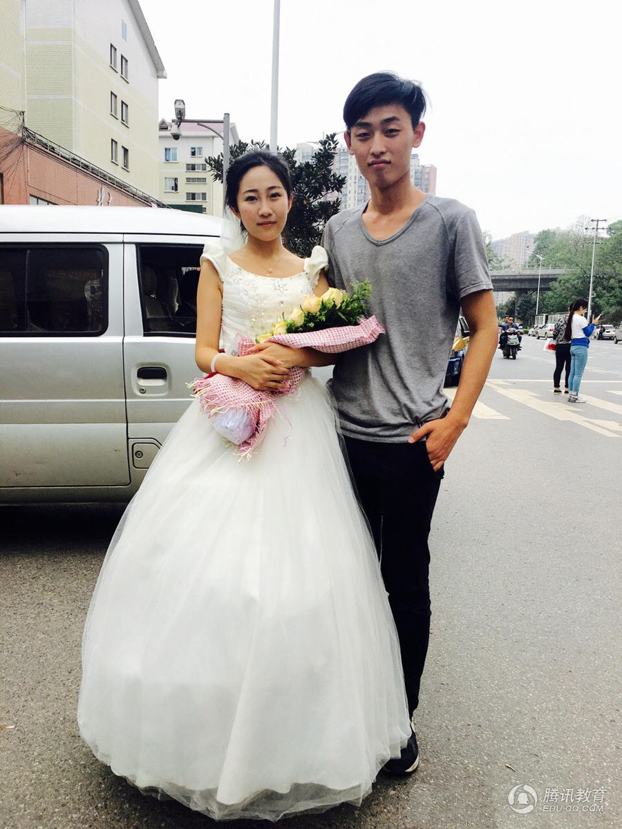 又虐狗!大三女生穿婚纱向学弟男友求婚
