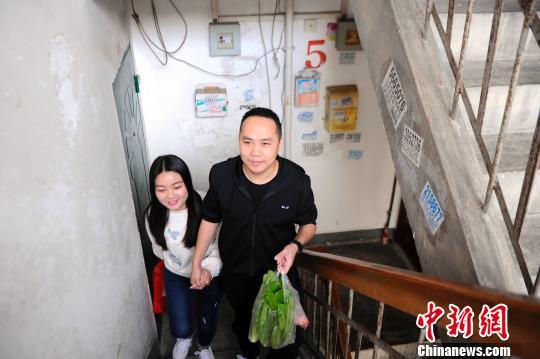 赵云鹏和妻子恩爱有加,即使在楼道里也牵着妻子的手。 蒋雪林 摄