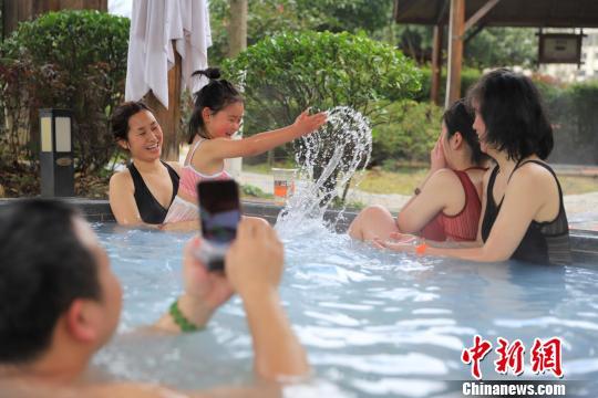 2月6日,游客在江西庐山上汤温泉的池子里嬉戏,其乐融融。 韩俊烜 摄 苏路程 摄