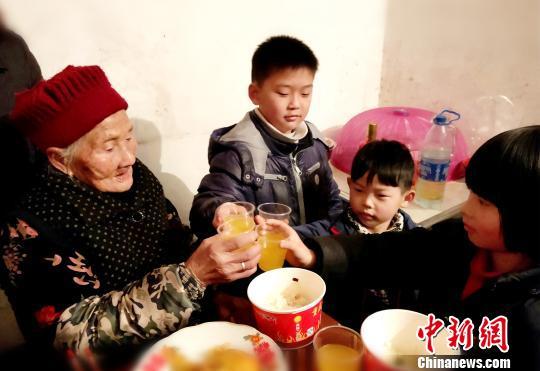贵州铜仁万山:鲐背老人的年夜饭