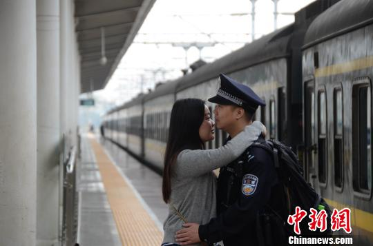 两口子在站台上相遇,赵云鹏显得有些惊讶,却来不及询问,紧紧地把妻子抱在怀里。 孟祥龙 摄