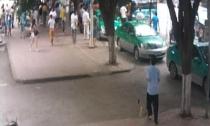 广西上百路人抬起大客车 营救被压女孩