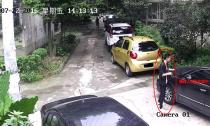 成都一男子着急打麻将忘关车窗 车内1万元被盗