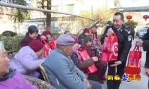 """《新春走基层》 新市民警归三新连续三年自掏腰包为老人做""""爱心年夜饭"""""""