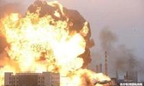 2吨导弹命中油库,30万桶汽油爆炸升起蘑菇云,百人遭火海吞没