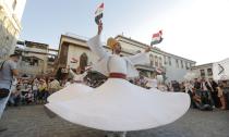 叙利亚迎接世界和平日 男子表演传统舞蹈裙裾翩跹