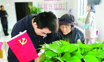 乾元镇直街社区 83岁居民朱小玉虽然生活困难 但仍拾金不昧