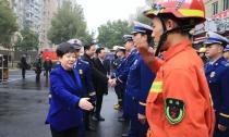 县消防救援大队授衔和换装仪式举行 王琴英致辞