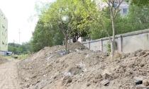 """文明创建进行时    待建土路""""沦为""""垃圾堆放处"""