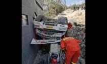 一水泥搅拌车滚落高坡司机被卡  德清消防迅速救援