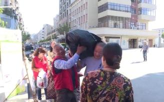 乾元镇溪街社区:为腿脚不便的老人上门回收旧物