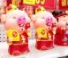 """春节将至 """"猪""""元素装饰品走俏"""