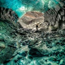 探险家 Ron Gile 拍摄阿拉斯加冰洞